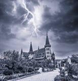 Altes Steinschloss und Blitz Lizenzfreies Stockbild