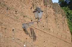 Altes Straßenlaterneauf alter Backsteinmauer Stockbild
