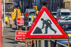 Altes Straßenarbeiten-Zeichen auf einer Pflasterung Stockfoto
