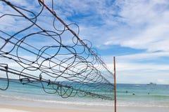Altes Strandvolleyballnetz mit bewölktem Himmel bei Koh Samet Lizenzfreie Stockfotos