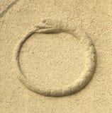 Altes Symbol Ouroboros, das eine Schlange oder einen Drachen essen es darstellt lizenzfreie stockfotografie