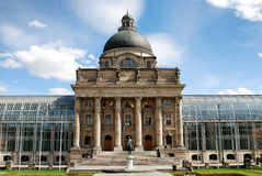 Altes szenisches Gebäude mit collums in München Stockfotos