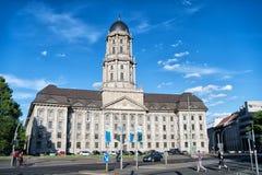Altes tadthausbyggnad på solig dag på blå himmel Royaltyfri Bild