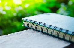 Altes Tagebuch für Gedächtnisplatz auf Wand mit grünem Hintergrund stockfoto
