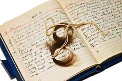 Altes Tagebuch mit Verriegelungen des Haares Stockfotografie