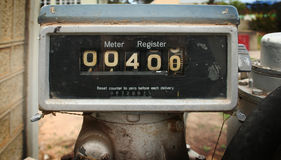 Altes Tanksäulemeter Lizenzfreie Stockfotos