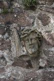 altes Teil der Christus-Statuenmaurerarbeit in der Steinwand Stockfotografie