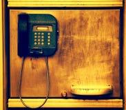 Altes Telefon auf Schmutzmetallwand Stockfoto