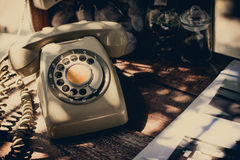 Altes Telefon und Arbeit über Tabelle Stockfoto