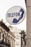 Altes Telefon unterzeichnen herein die Straße Stockfoto