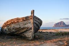 Altes Thunfischboot und der Cofano-Berg Lizenzfreie Stockfotos