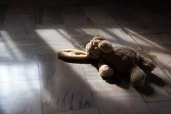 Altes Ton _ nettes Kaninchen-Puppenspielzeug Stockfotografie