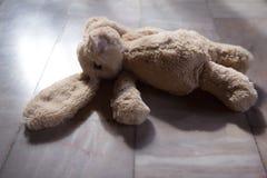 Altes Ton _ nettes Kaninchen-Puppenspielzeug Stockfotos