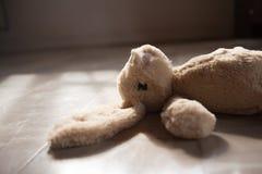 Altes Ton _ nettes Kaninchen-Puppenspielzeug Lizenzfreies Stockfoto