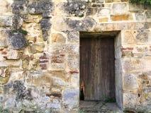 Altes Tor in einer Abteiwand Stockfotos