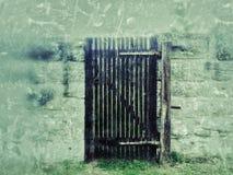 Altes Tor in einer Abteiwand Lizenzfreie Stockbilder
