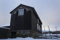 Altes - traditionell - Haus in ländlichem Schweden an einem schönen Wintertag Lizenzfreie Stockbilder