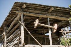 Altes traditionelles Lastwagenrad hergestellt vom Holz lizenzfreie stockfotografie