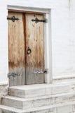 Altes traditionelles Portal mit Holztür Stockbild