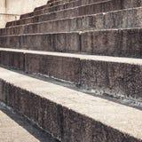 Altes Treppenhaus gemacht von den braunen Granitsteinen Stockbilder