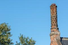 Altes tudor rosafarbener Kaminstapeltopf Historisches Architekturdetail stockfotografie