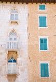 Altes und neues Fenster-Blendenverschlüsse Stockfotografie