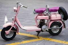 Altes und rosafarbenes Motorrad lizenzfreie stockbilder