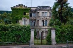 Altes und schönes Landhaus des 19. Jahrhunderts im Nichtgebrauch gelegen Stockfoto