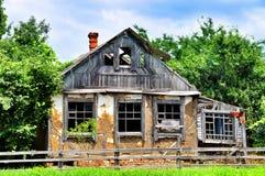 Altes und verwittertes traditionelles Haus des luftgetrockneten Ziegelsteines Lizenzfreies Stockfoto