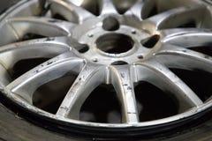 Altes und zerschlagenes Rad vom Auto lizenzfreie stockfotos