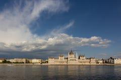 Altes ungarisches Parlamentsgebäude über dem Donau-Fluss in Budapest stockfotos