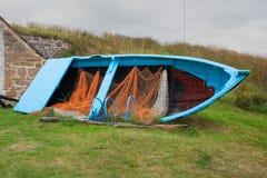 Altes veraltetes Bauholz errichtete Fischerboot mit Netzen und Hummertöpfen auf Anzeige stockfotos