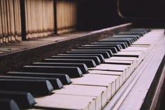 Altes veraltetes Klavier mit schädigendem Schlüssel Weinlese-Retro- Filter Lizenzfreies Stockbild