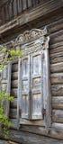 Altes verfallenes Blockhaus mit einem geschnitzten Fenster Lizenzfreie Stockfotos