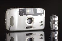 Altes verkratztes automatisches photocamera lokalisiert auf dem schwarzen Hintergrund mit Reflexion stockbild