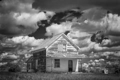 Altes verlassen wenigem weißem Haus heraus im ländlichen Land Stockfotografie