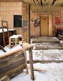 Altes verlassenes Backsteinhaus im Park im Winter Stockfotografie