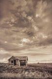 Altes verlassenes Bauernhofhaus auf Kolorado-Grasland Stockbilder