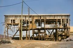 Altes verlassenes Bergbau-Bretterbude in den Ruinen Stockfotos