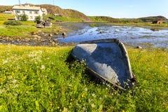 Altes verlassenes Boot auf der Barents-Seek?ste im Dorf Teriberka, Kola Peninsula, Russland stockbild