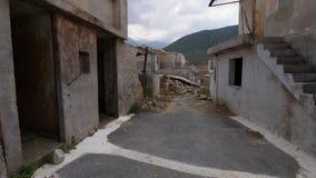 Altes verlassenes Dorf mit zerstörten Häusern stock footage