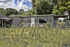 Altes, verlassenes einzelnes Bungalow-Haus Lizenzfreie Stockfotografie