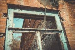Altes verlassenes Fenster, Detail eines Fensters eines Hauses in den Ruinen Stockbild