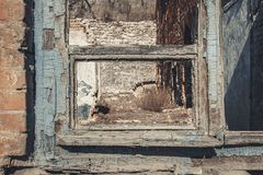 Altes verlassenes Fenster, Detail eines Fensters eines Hauses in den Ruinen Lizenzfreie Stockfotos