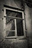 Altes verlassenes Fenster, Detail eines Fensters eines Hauses in den Ruinen Stockbilder