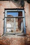Altes verlassenes Fenster, Detail eines Fensters eines Hauses in den Ruinen Lizenzfreie Stockfotografie
