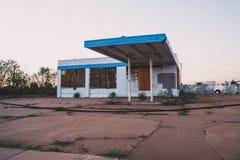 Altes verlassenes Gebäude, wahrscheinlich eine Tankstelle, in Holbrook Arizona lizenzfreie stockfotografie