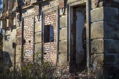 Altes verlassenes gebrochenes Gebäude benötigt niemand Lizenzfreies Stockbild