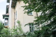 Altes verlassenes Geisterhaus Stockbilder