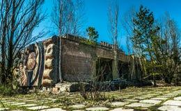 Altes verlassenes Haus in der Geisterstadt von Pripyat, Ukraine Konsequenzen einer Kernexplosion am Kernkraftplan Tschornobyls stockfotos